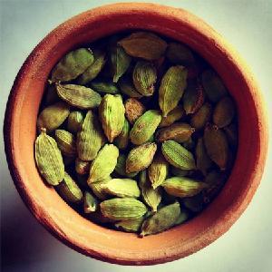 Best Grade Mature Dried Black Cardamom / Amomum tsao-ko / Vietnam Specialty Rare Spice